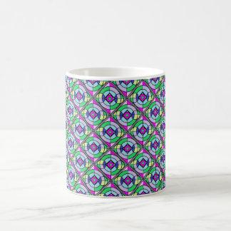 Taza geométrica colorida en verdes y púrpuras