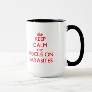 Taza Guarde la calma y el foco en parásitos
