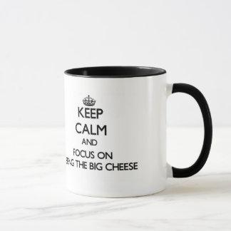 Taza Guarde la calma y el foco en ser el queso grande