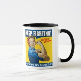 Taza Hillary Clinton guarda el luchar