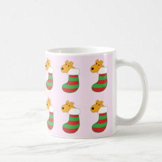 Taza linda de las medias del navidad de los perros