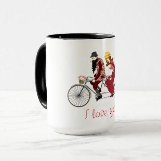 Taza Los pares cariñosos en una bicicleta en tándem