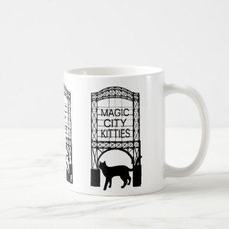 Taza mágica de los gatitos de la ciudad