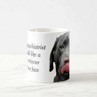 Taza negra de la taza el | del labrador retriever
