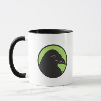 Taza negra del logotipo del esencial del cuervo