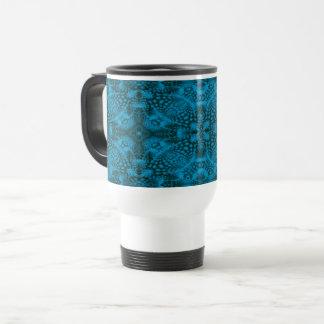 Taza negra y azul del viaje del caleidoscopio del