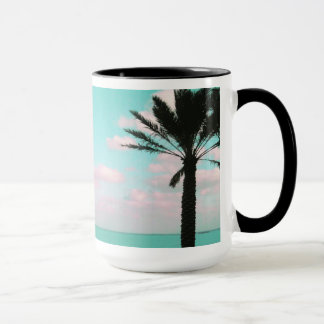 Taza Playa tropical, vista al mar, nubes rosadas, palma