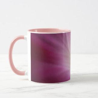 Taza Primer rosado delicado de la flor de la correhuela