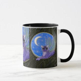 Taza púrpura del arte del gato de la fantasía del