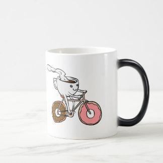 Taza que monta una bicicleta con las ruedas del