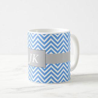 Taza rayada azul y blanca con monograma de Chevron