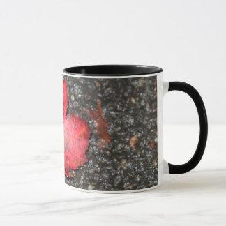 Taza roja de la hoja