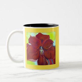 Taza roja hermosa de la bebida de la flor