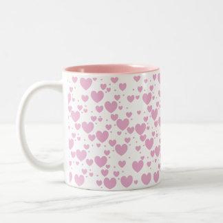 Taza rosada de los corazones