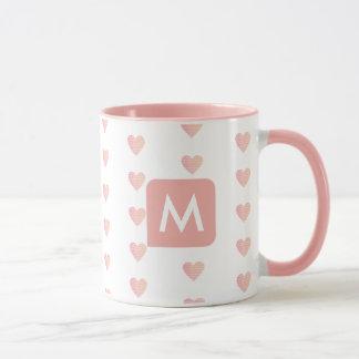 taza rosada femenina con su inicial (personalizado