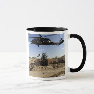 Taza Un pararescueman rappels de un HH-60 2