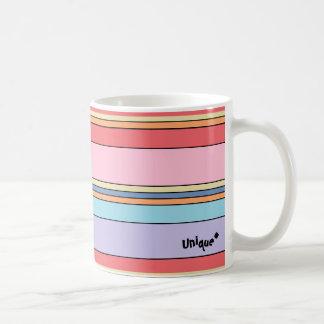 Taza única con adorno linear colorido