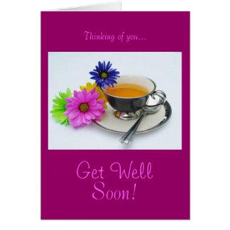 Taza y margaritas de té: ¡Consiga bien pronto! Felicitacion