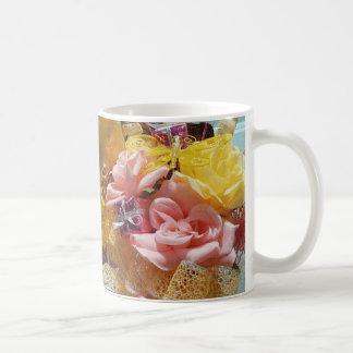 Tazas clásicas rosadas y amarillas de la primavera