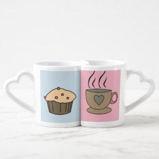 Tazas dulces del amor del café y del mollete para