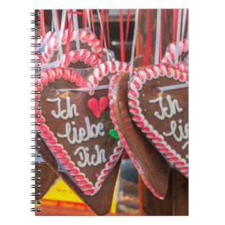 Te amo corazones del pan de jengibre en el día de cuadernos