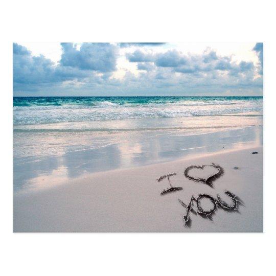 Te amo, escritura de la arena en la playa postal