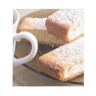 Té y una placa de galletas frescas bloc de notas