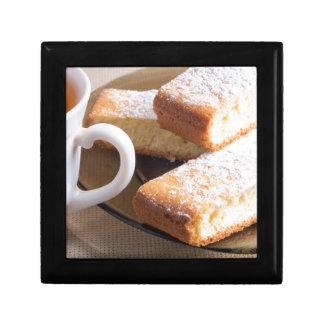 Té y una placa de galletas frescas caja de regalo