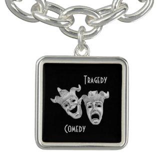 Teatro de plata de las máscaras de la comedia y de pulseras con dijer