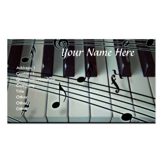 Teclado de piano y tarjeta de visita de las notas