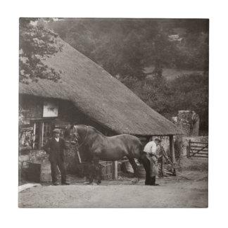 Teja de la foto del vintage del herrero del pueblo