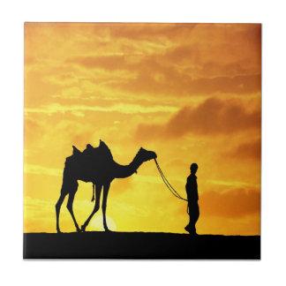 Teja de la puesta del sol W/Nomad de Marruecos