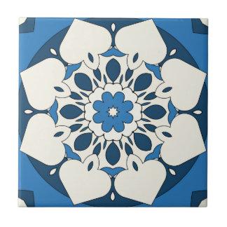 Teja mediterránea floral de los azules marinos
