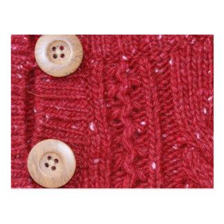 Tejido en cable rojo y dos botones postal