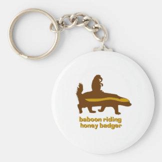Tejón de miel del montar a caballo del babuino llavero redondo tipo chapa