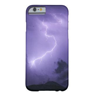 Tempestad de truenos púrpura en la noche funda barely there iPhone 6