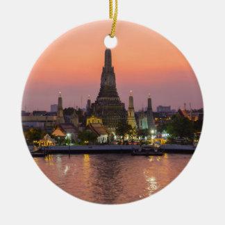 Templo Bangkok Tailandia de Wat Arun en la puesta Adorno Navideño Redondo De Cerámica