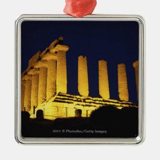 Templo griego en la noche con amarillos y naranjas ornamentos de reyes magos