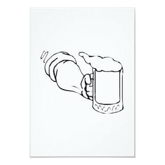 Tenencia de brazo una taza de cerveza invitaciones personales