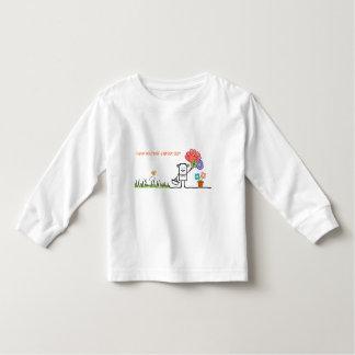 Tenga una camiseta de manga larga del gran niño