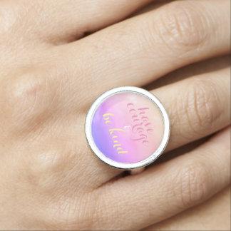 Tenga valor y sea anillo inspirado bueno de la