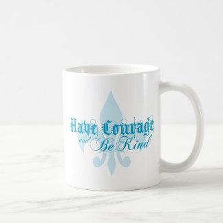 Tenga valor y sea - flor de lis - texto azul bueno taza básica blanca