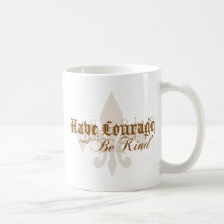 Tenga valor y sea - flor de lis - texto bueno de taza básica blanca