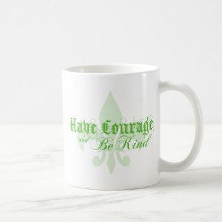 Tenga valor y sea - flor de lis - texto verde taza básica blanca