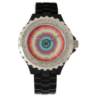 Teñido anudado en el reloj rojo y verde violeta