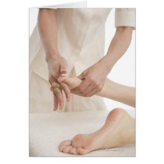 Terapeuta del masaje que aplica el masaje 2 del pi felicitaciones