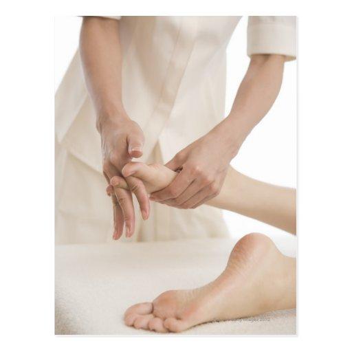 Terapeuta del masaje que aplica el masaje 2 del pi tarjetas postales