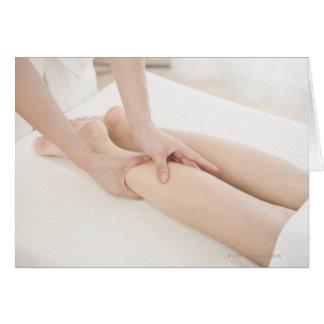 Terapeuta del masaje que aplica masaje del pie tarjetas