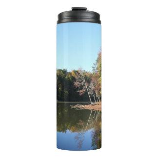 Termo Reflexión del lago de las hojas anaranjadas de la