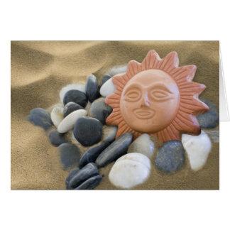 Terracota Sun con las rocas y la arena Tarjeta De Felicitación